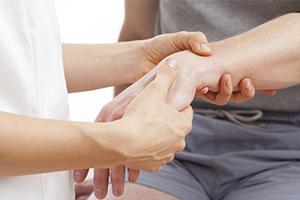 Лечение переломов костей запястья в Москве